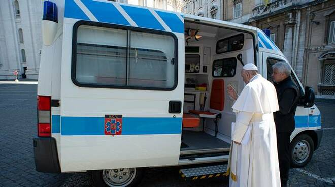 papa francesco ambulanza