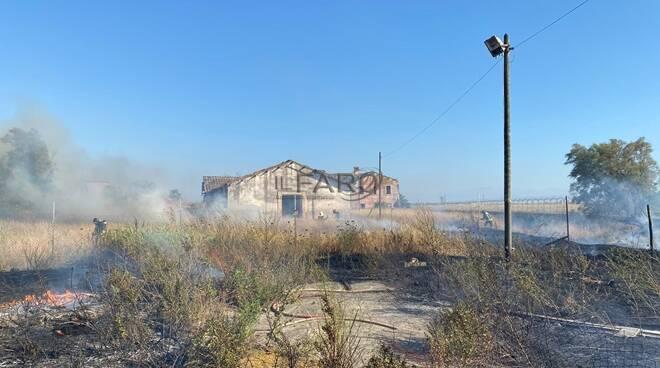 incendio sterpaglie parco da vinci fiumicino