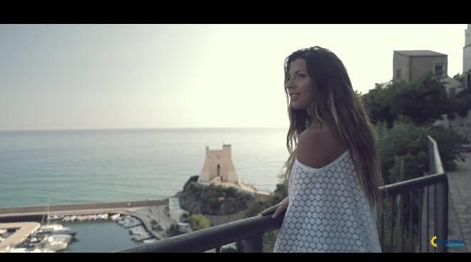 """""""Vieni con me a Sperlonga"""", online il videoclip con Luca Ward e Claudia Conte"""