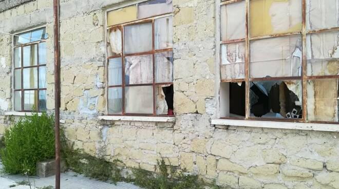 """Ex scuola di Pulcherini nel degrado, FdI Minturno attacca: """"Periferie abbandonate"""""""