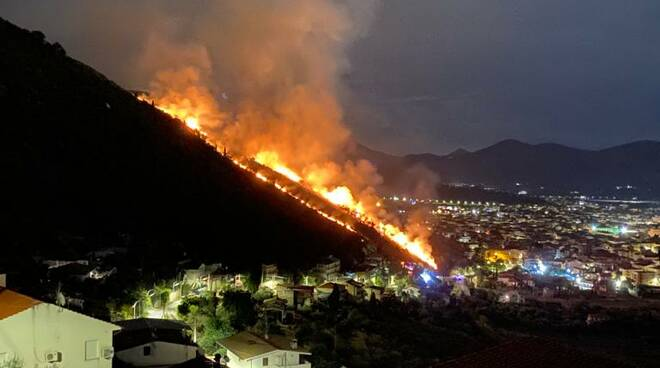 Fondi brucia: diversi i roghi nelle periferie