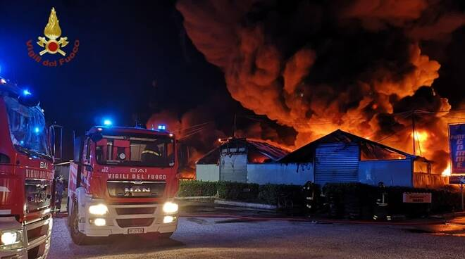 incendio deposito pneumatici via valle caia ardea