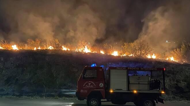 Fondi di nuovo dilaniata dagli incendi: tre i diversi roghi