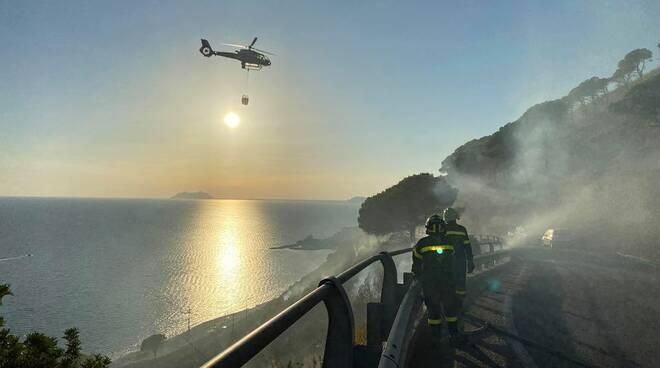 Sperlonga brucia ancora: le fiamme colpiscono le montagne