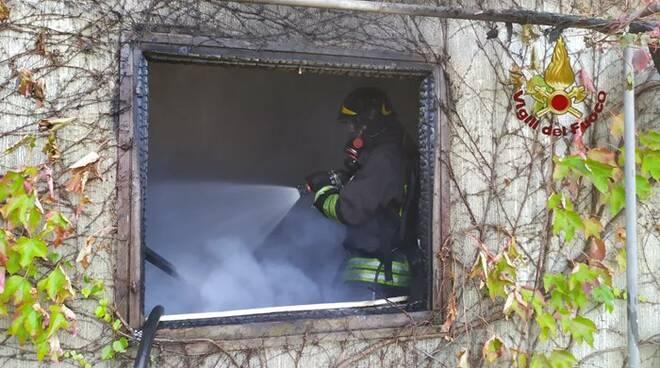 incendio ardea vigli del fuoco
