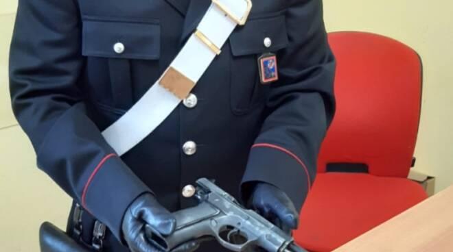 minacce con pistola Latina