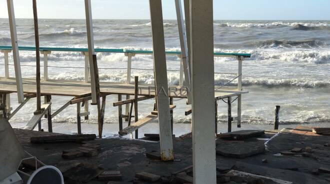 ostia mareggiata burrasca distrutti stabilimenti balneari
