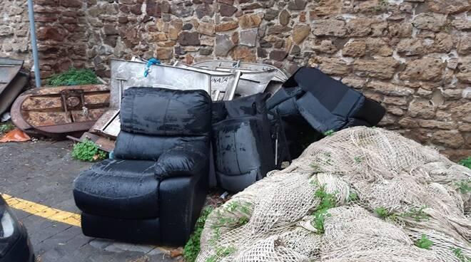 rifiuti ingombranti abbandonati porto di civitavecchia