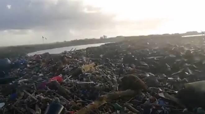 rifiuti mareggiata vecchio faro