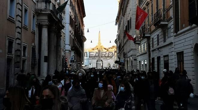 folla in centro roma