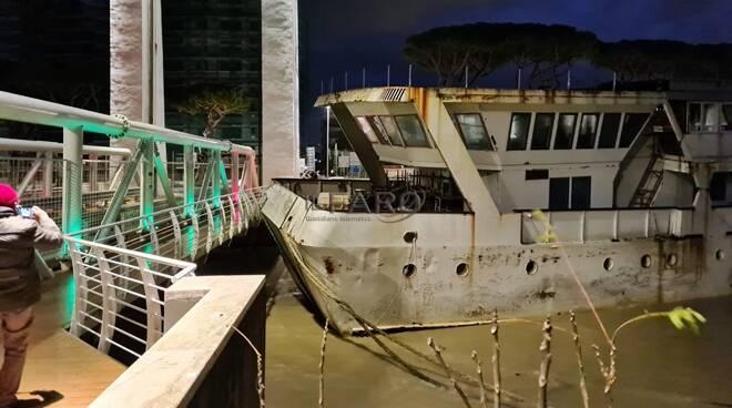 Nave contro Ponte 2 Giugno a Fiumicino