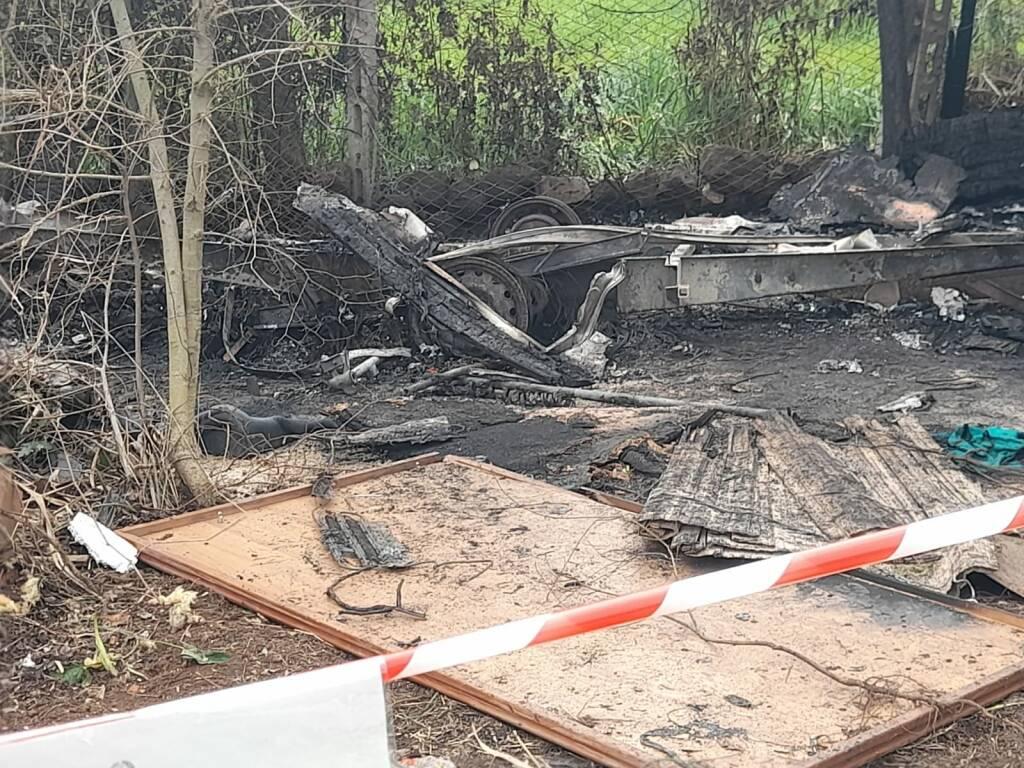 roulotte in fiamme ardea corpo carbonizzato