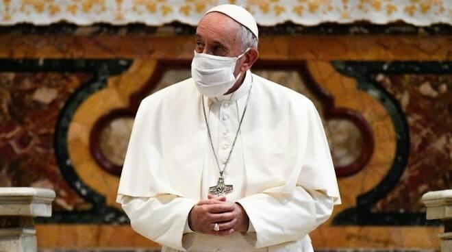 papa francesco mascherina covid-19