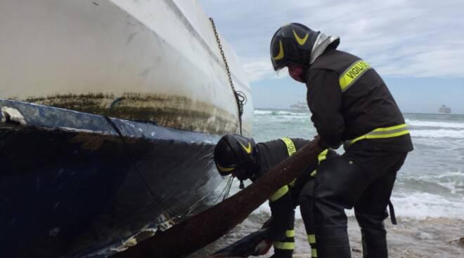 vigili del fuoco barca arenata