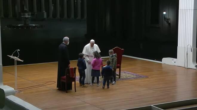 via crucis vaticano papa francesco bambini
