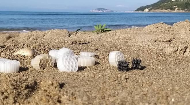 """""""Neve"""" di plastica nel Golfo di Gaeta"""