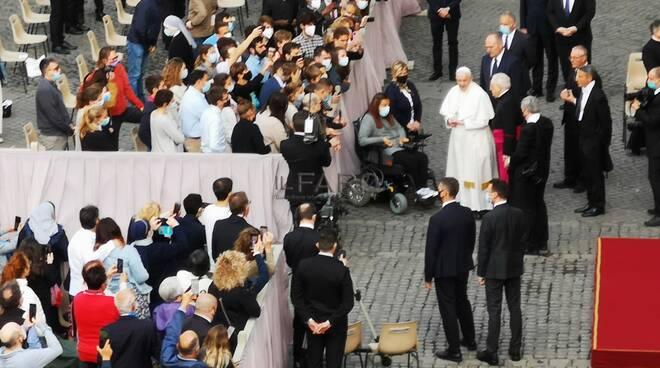 papa francesco udienza cortile san damasao