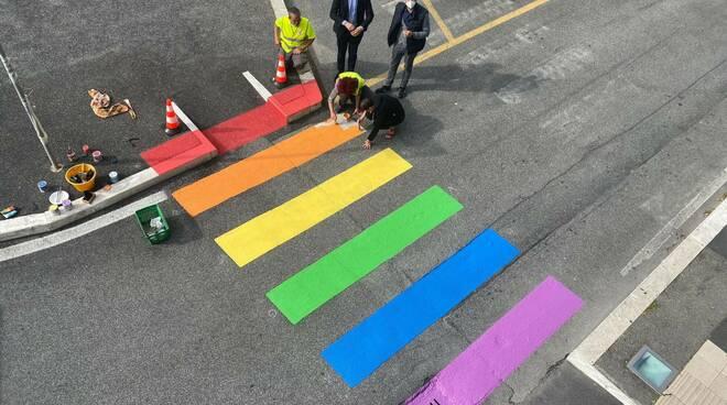 strisce pedonali arcobaleno