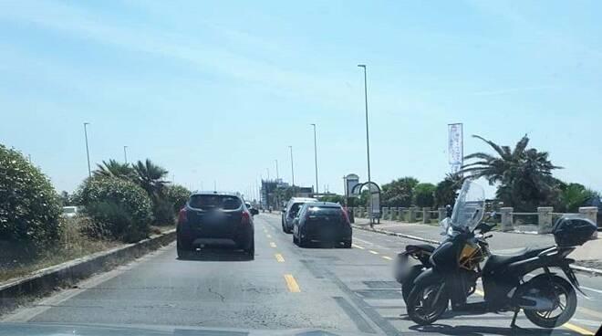 auto parcheggiate divieto di sosta lungomare ostia
