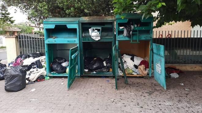 contenitori abiti usati rifiuti fiumicino