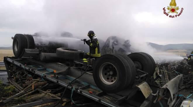 incidente mortale roma civitavecchia tir si ribalta e prende fuoco autista morto carbonizzato