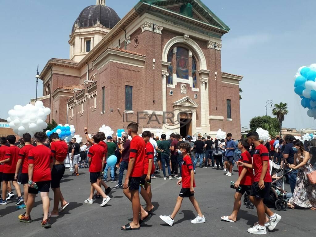 sparatoria ardea funerali david e daniel fumogeni e palloncini biancocelesti