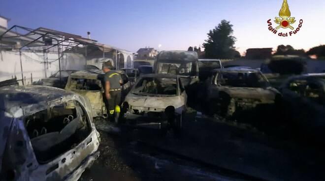 incendio auto via Debeli Fiumicino