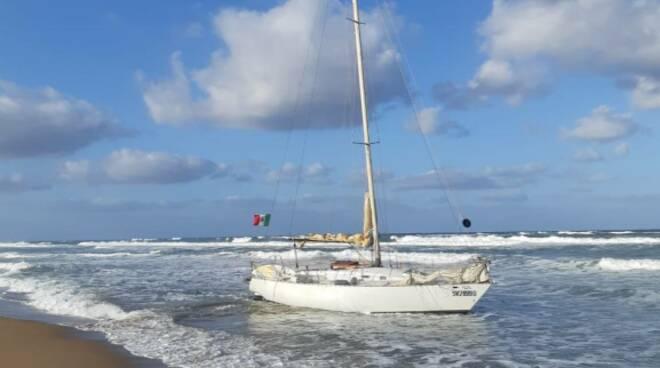 velista di fiumicino arenato a Sabaudia