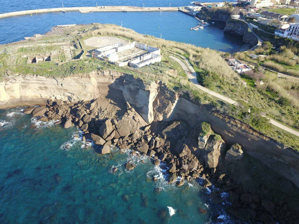 cimitero ventotene rischio crollo in mare mattarella