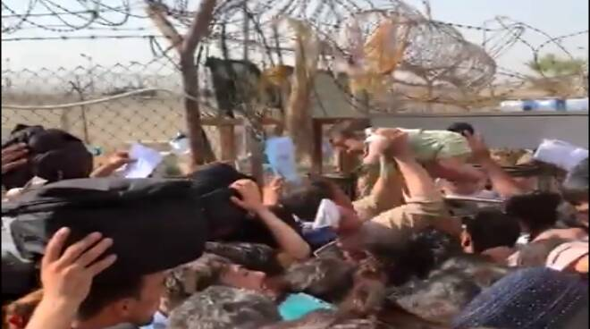 """Bambini """"lanciati"""" oltre il filo spinato dell'aeroporto: il dramma delle  madri di Kabul - Il Faro Online"""