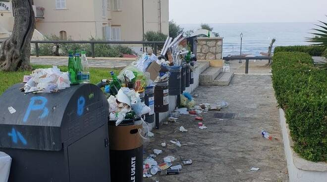 Sperlonga invasa dai rifiuti