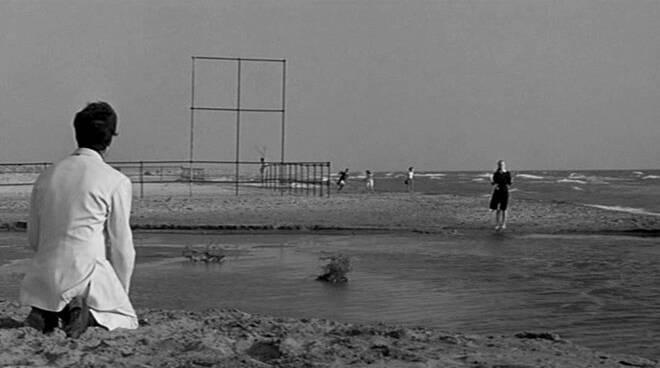 Fellini guarda il mare