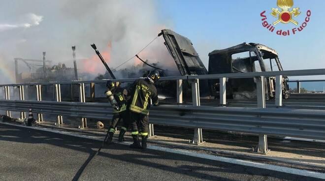 incendio camion, Vigili del fuoco,