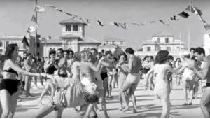 Il villino Egle compare sullo sfondo di questa ripresa del film