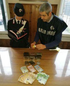 2018_02_24 CENTRO - I panetti di droga e i soldi sequestrati dai Carabinieri (2)
