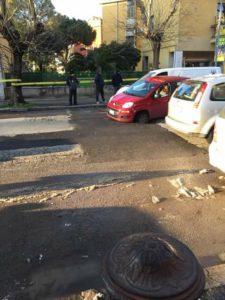 Via di Saponara, la Fiat Panda ha una ruota bloccata in una buca