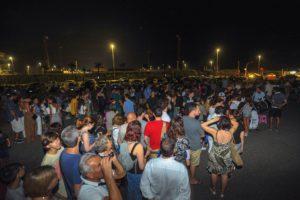La folla al raduno dell'associazione astronomica del Pellegrino in piazza dei Canotti