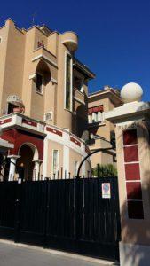 L'ingresso dei villini gemelli su piazza Anco Marzio