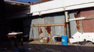 Vettovaglie e miseri arredi nell'ex ristorante del Faber Beach