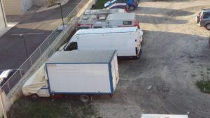 I camion dei rovistatori che vivono nell'ex Faber Beach