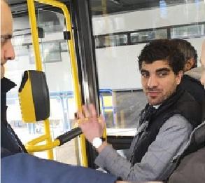 Il presidente di commissione comunale Enrico Stefano a bordo del bus sulla linea sperimentale Atac