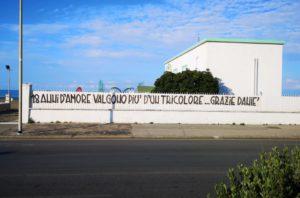 Lo striscione affisso su lungomare Caio Duilio