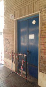 Porta chiusa da tempo immemore al bagno per gli uomini della stazione Lido Centro