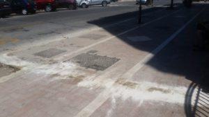 Decine di litri di olio esausto sparsi da ignoti sui marciapiedi e contro le pareti di via delle Baleniere