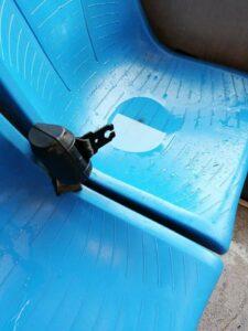 I sedili del bus resi impraticabili dalla pioggia filtrata attraverso il tettuccio